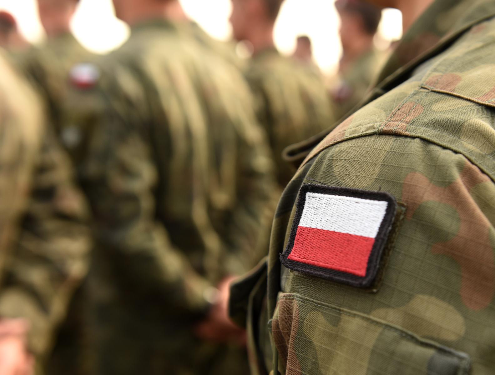 Żołnierz z naszywką - polska flaga