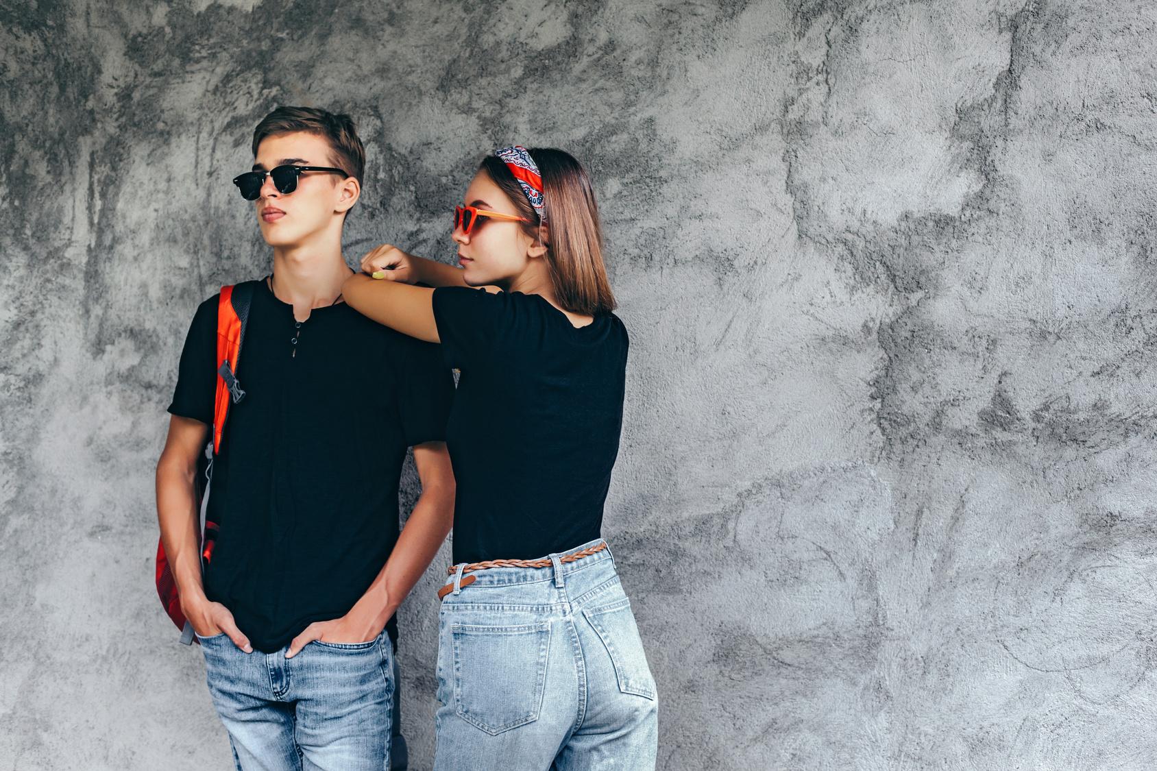 chłopak i dziewczyna w czarnych koszulkach