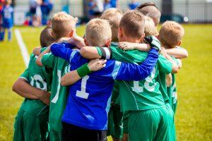 młodzi piłkarze obejmują się