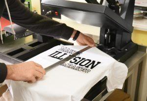 mężczyzna mierzy nadruk na koszulce