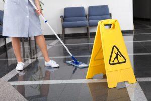 Pokojówka myje podłogę