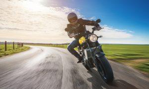 motocyklista na drodze słoneczny dzień