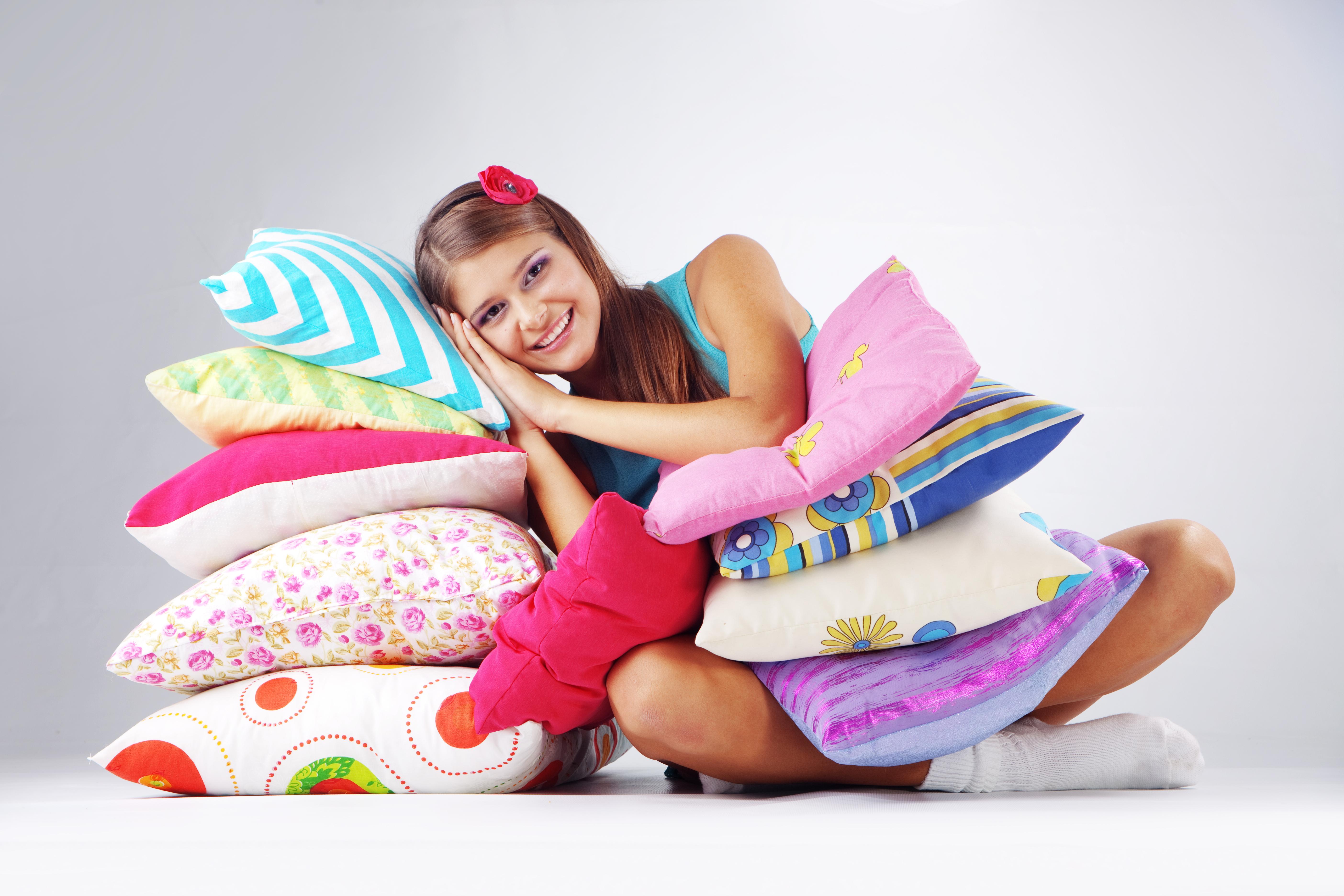 dziewczynka leży na poduszkach